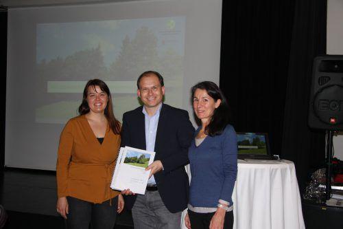 Marlies Macher und Anita Drexel präsentierten die Ergebnisse der Inventarisierung. Foto: Gemeinde Nüziders
