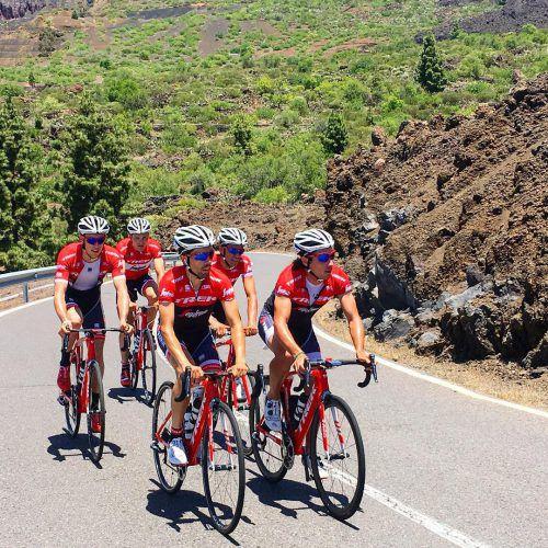 Matthias Brändle (2. v. l.) trainierte unter anderem mit Tour-de-France-Sieger Alberto Contador (zweite Reihe rechts) auf Teneriffa. Foto: jongh