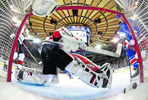 Michael Grabner (r.) leistete beim 2:0-Treffer von Nick Holden für die New York Rangers die Vorarbeit. Foto: apa