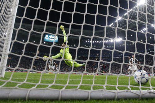 Mit einem wunderbaren Weitschuss versenkte Dani Alves den Ball im Tor von Monaco-Keeper Danijel Subasic, der chancenlos war. Foto: ap