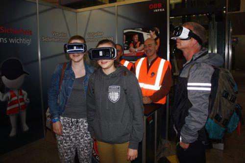 Mit einer virtuellen Brille konnten Interessierte die Bahnhöfe der Landeshauptstädte erkunden. Foto: doh