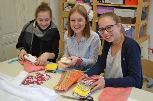 """Mit sehr viel Engagement nähten Schülerinnen der HLW Marienberg sogenannte """"Catchies"""" für Mädchen in Äthiopien."""