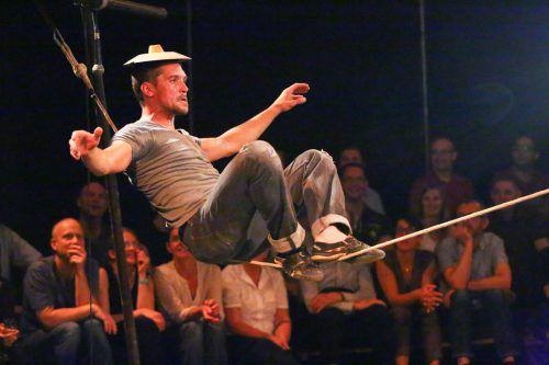 Musiker und Zirkusartist Sébastien Wojdan in Aktion im Freudenhaus in Lustenau. Foto: VN/Hofmeister