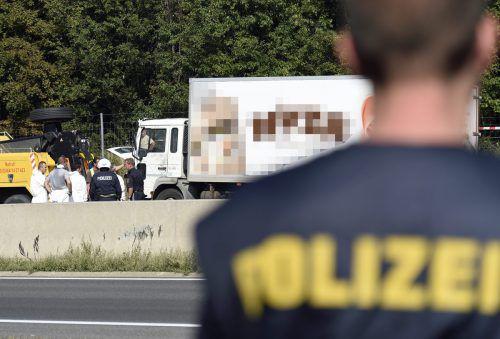 Nach der Entdeckung von 71 toten Flüchtlingen in einem auf der A4abgestellten Kühl-Lkw Ende August 2015 startet nun der Mordprozess. EPA