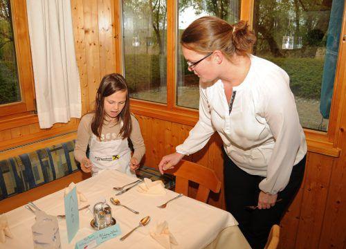 Nadja gibt Tipps, wohin Messer, Gabel und Löffel gehören.