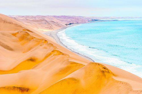 Namibias Küste: Hier treffen die riesigen Sanddünen auf den Atlantik. Fotos: Shutterstock
