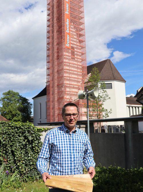Pfarrer Ronald Stefani mit den Dachschindeln, auf denen sich Spender eines Bausteins mit persönlicher Gestaltung verewigen können. Foto: koe