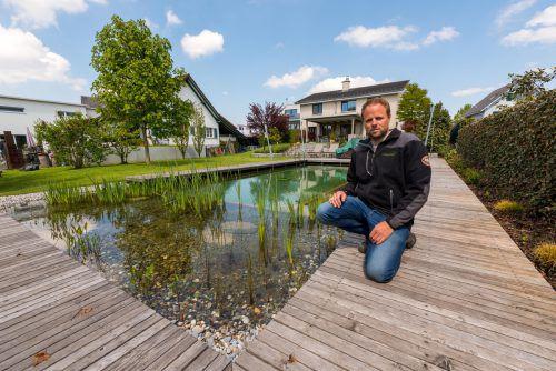 Philipp Alge baut neben Zierteichen auch Schwimmteiche wie diesen hier. In Vorarlbergs Gärten sind Naturpools sehr beliebt.  Foto: VN/Stiplovsek
