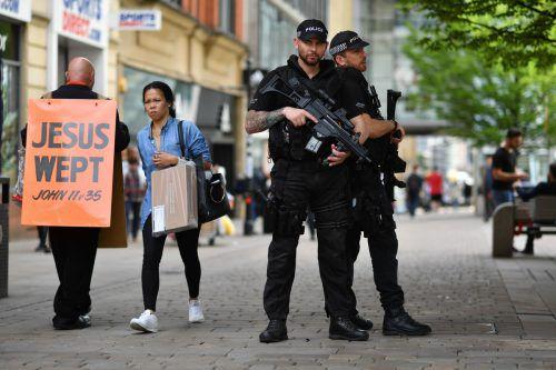 Polizisten patrouillieren durch die Straßen von Manchester. Foto: AP