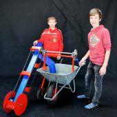 """<p class=""""caption"""">""""Power of the Bauer"""" von Daniel und Patrick erleichtert die Arbeit im Stall.</p>"""