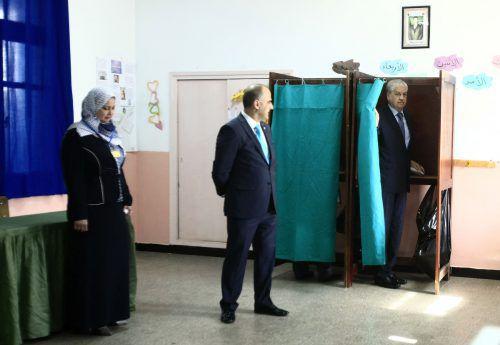 Premier Abdelmalek Sellal gab seine Stimme in Algier ab. Foto: AP