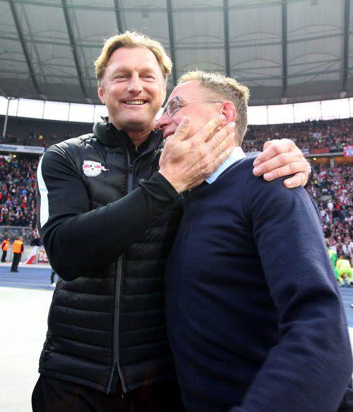 Ralf Rangnick (r.) wird von seinem Trainer Ralph Hasenhüttl geherzt. Letzterer gab den Spielern nach der CL-Quali für drei Tage frei. Foto: gepa