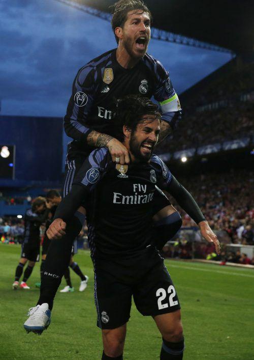 Real-Kapitän Sergio Ramos feiert den Torschützen der Königlichen, Isco (Nummer 22). Foto: Reuters