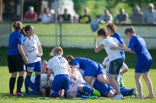 Riesengroße Freude aufseiten des Teams um Trainer Bernhard Summer über den Erfolg im 18. Frauen VFV-Toto-Cup.  Foto: sams
