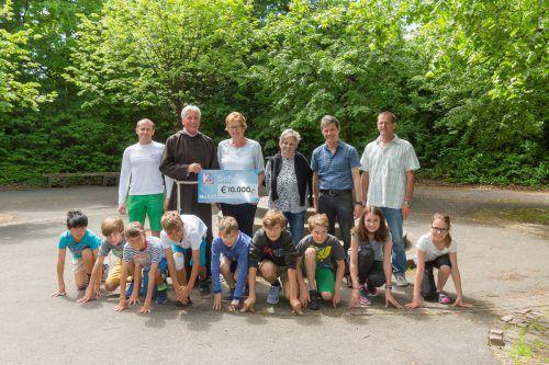 """Scheckübergabe für """"Ma hilft"""" an der Mittelschule Sulz-Röthis. Foto: VN/Paulitsch"""
