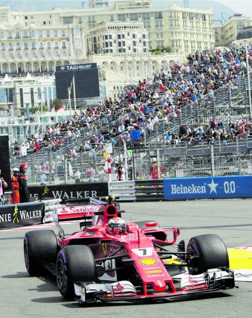 Sebastian Vettel kam mit dem Ferrari am ersten Trainingstag besser über die Runden als Lewis Hamilton im Mercedes. Foto: gepa