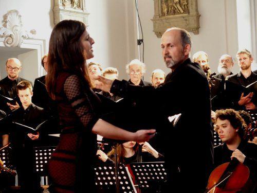 Sopransolistin Julia Großsteiner mit dem Dirigenten Benjamin Lack, Chor und Orchester des Konservatoriums. Foto: JU