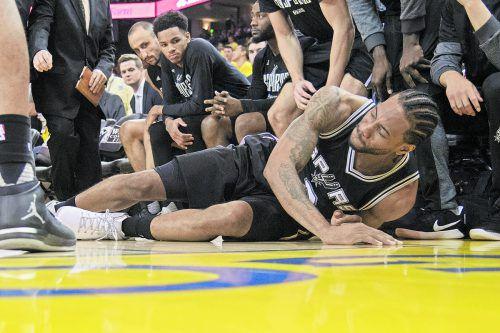 Spurs-Stütze Kawhi Leonard musste mit einer Knöchelverletzung gegen Golden State vom Feld. Foto: ap