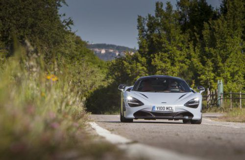 Supersportler aus England: Der McLaren 720S sieht schon bei langsamer Fahrt aus wie 200 km/h. Foto: werk