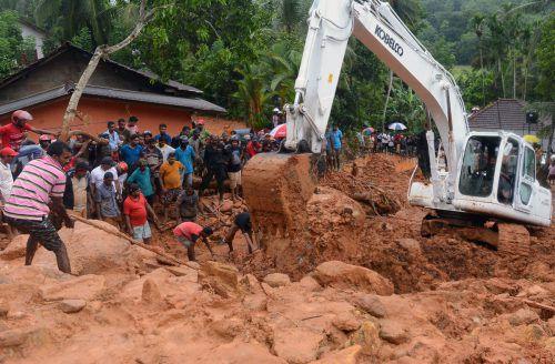 Tagelange Regenfälle hatten in der Nacht zum Freitag mindestens sechs große Erdrutsche ausgelöst.  Foto: afp