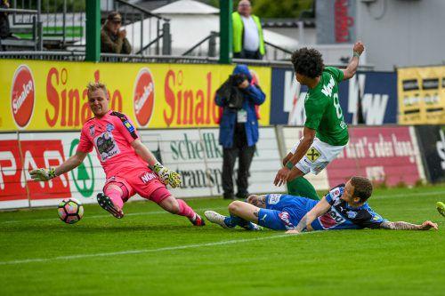 Torhüter Domenik Schierl kann nicht mehr eingreifen, denn Bruno Felipe Souza Da Silva ist schneller als Andreas Pfingstner und trifft zum 1:0. gepa