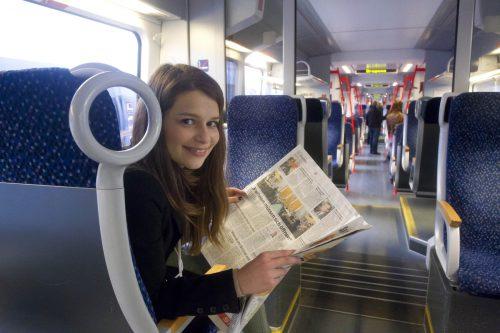 Total entspannt mit der Bahn fahren und dabei die VN lesen. Foto: VN/Paulitsch