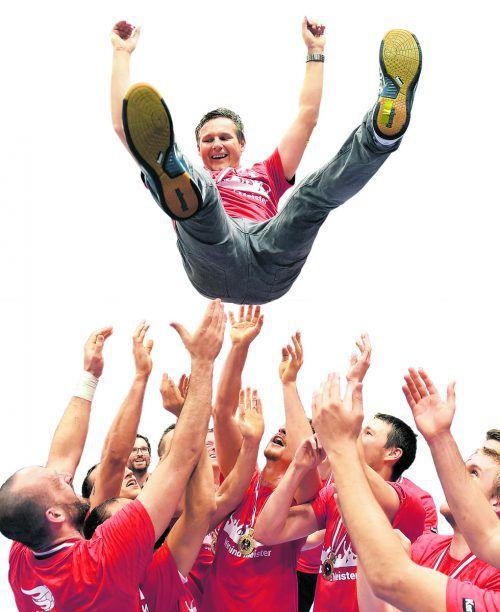 Trainer Petr Hrachovec, der Baumeister des sechsten HLA-Titelgewinnes der Roten Teufel vom Bodensee, bei der obligaten Flugeinlage durch seine Spieler.