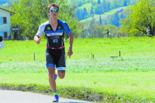 Triathlet Niclas Baldauf beim Lauf zur Silbermedaille. verband