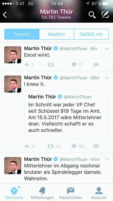 """Twitter. Der ATV-Moderator Martin Thür hat den Zeitpunkt von Mitterlehners Rücktritt bereits am 1. Oktober 2015 berechnet. Davon ausgehend, dass jeder ÖVP-Chef seit Wolfgang Schüssel im Schnitt 919 Tage im Amt gewesen ist, müsse Mitterlehner am 15. Mai 2017 gehen, twitterte Thür damals. Nachsatz: """"Vielleicht schafft er es auch schneller."""""""