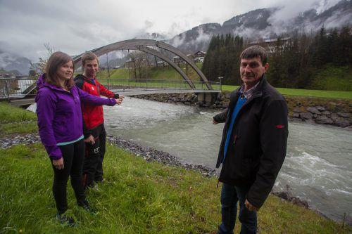 Ulrike Sohm, Johannes Sohm und Felix Albrecht (v.l.): Hier holten sie den Säugling aus der Ach. Foto: VN/Steurer