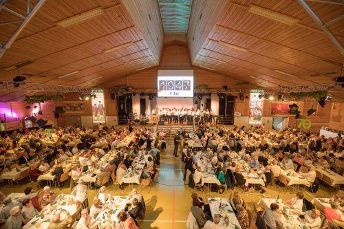 Um 19.47 Uhr wurde der Ball in der vollen Walserhalle mit dem 47er-Regimentsmarsch eröffnet. Foto: sams
