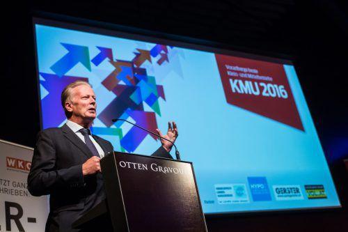 Vizekanzler und Wirtschaftsminister Reinhold Mitterlehner verleiht die Preise an die besten KMU. Foto: VN/Steurer