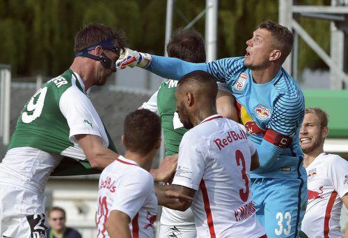 Volltreffer: Alexander Walke (r.) gegen Stefan Maierhofer. Foto apa