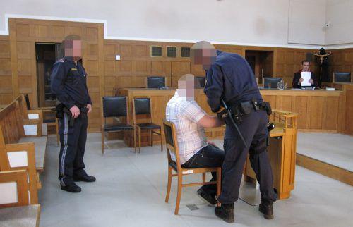 Vom Gefängnis ins Gericht: Der Angeklagte wurde von Wachebeamten in den Schwurgerichtssaal gebracht.  ec