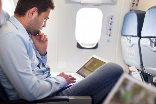 Vor allem Viel- und Business-Flieger nutzen die Stunden im Flugzeug zwischen Europa und USA, um am Laptop zu arbeiten. Das geht vorläufig auch weiterhin.