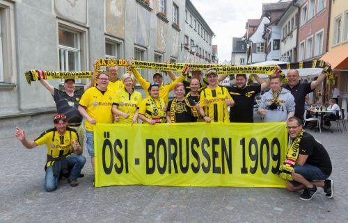 Vor der Abreise nach Berlin gab es noch ein Treffen des Ösi-Borussen-Fanklubs in der Feldkircher Innenstadt. Fotos: Paulitsch/2