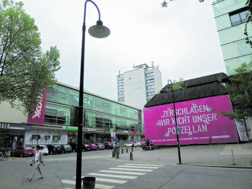 Weder das zur Zeit verhüllte PSK-Gebäude noch der Stadtmarkt kommen für eine Markthalle infrage. Foto: HA