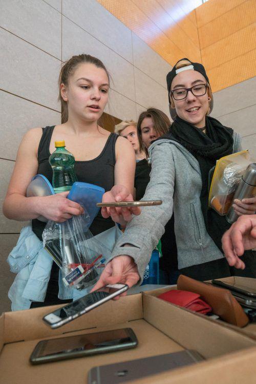 Weg mit den Handys: Die Schüler wurden vor Beginn der Klausurarbeit kontrolliert.