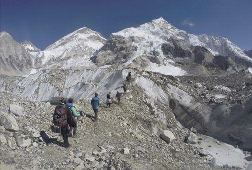 Wer den Mount Everest besteigen will, der muss der nepalesischen Regierung knapp 10.000 Euro für die Erlaubnis zahlen. Foto: AP