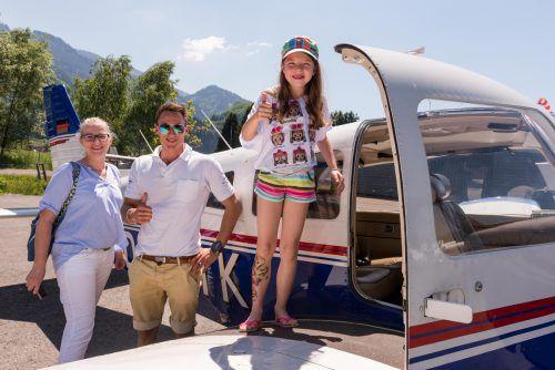 Yasmina Stix, ihre Mama Birgit und Pilot Matthias King hatten Spaß beim Kinderflugtag.  Foto: Stiplovsek