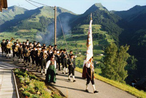 Zur Einstimmung auf ihre Jubiläumsfeste marschieren die Fraßenecho-Musikanten traditionell zum Weckruf auf, wie hier 1997. Foto: verein