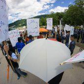 Friedensmarsch unter Schirmen