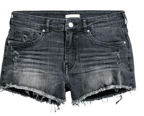 Ausgefranst: Jeans-Shorts im Worn-Look aus stretchigem Denim. Gibt's bei H&M um 19,99 Euro.