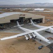 Weltgrößtes Flugzeug rollte aus dem Hangar
