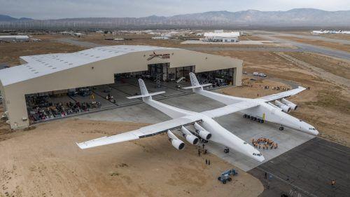"""Das Flugzeug mit dem Namen """"Stratolaunch"""" hat eine Spannweite von 117 Metern. Foto: AFP"""