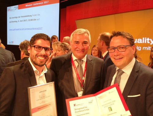 Der CEO der Quality Austria, Konrad Scheiber, überreicht Stefan Fischnaller (r.) und Bastian Kresser (l.) das Qualitätsdiplom.  VHS