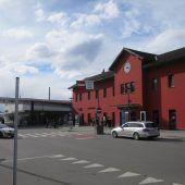 Eine Bahnhofskeilerei im Schein des Abblendlichts