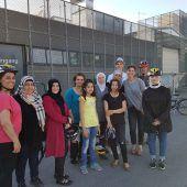 Frauen lernen bei Kurs in Lustenau Fahrrad fahren