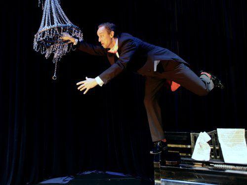 """Die Produktion """"Der Pianist"""" des finnischen Circo Aereo ist ein meisterhaftes Clowntheaterstück auf, in, unter und sozusagen um einen Flügel herum. foto: circo aereo/Juho rahijarvi"""