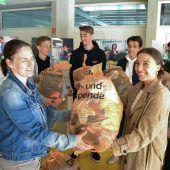 Schüler der HAK Feldkirch spenden Kleidung an carla